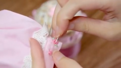 Tip to embroider ornamental tiny flower patterns